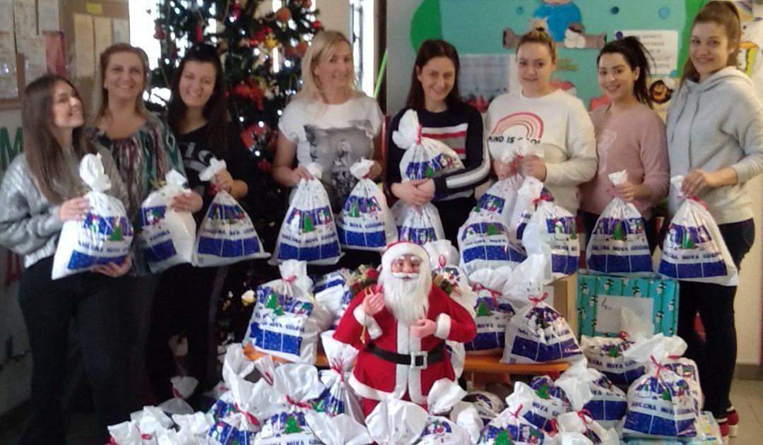 """Novogodišnje radionice i pakovanje novogodišnjih paketića u okviru humanitarne akcije ,,Svi smo mi Deda Mraz"""""""